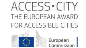 logo del premio che riporta la dicitura: Access City the european award for accessible cities. European Commissio. Il logo riporta l'immagine della bandiera dell'Unione Europea.